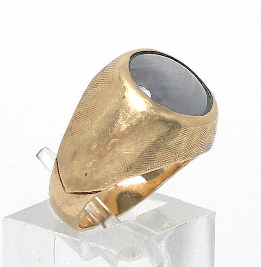this is a wonderful vintage 14k gold and blue star sapphire ring